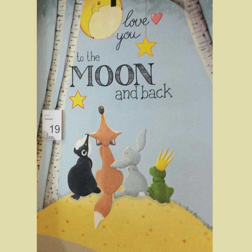 dieren op een heuvel kijkend omhoog naar de maan tussen de bomen