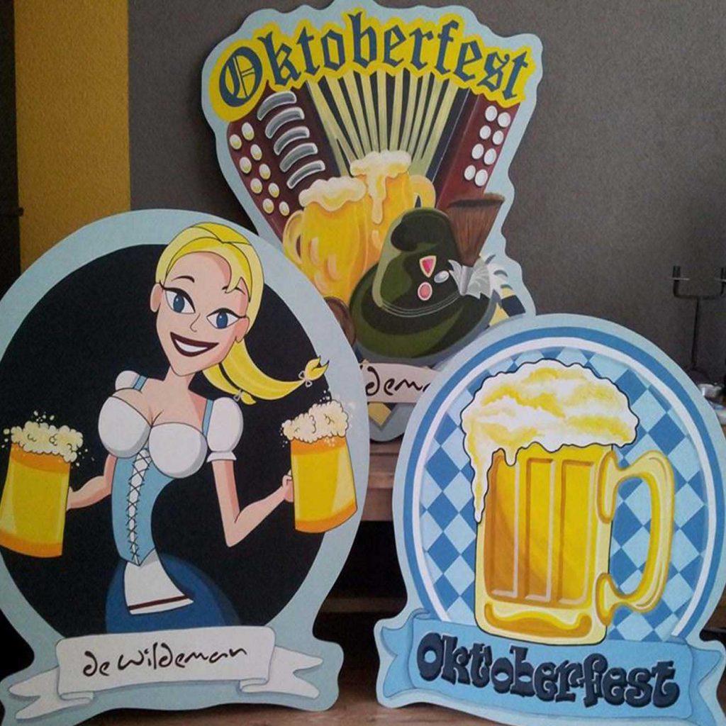 oktoberfeest borden met bier meisje en accordeon