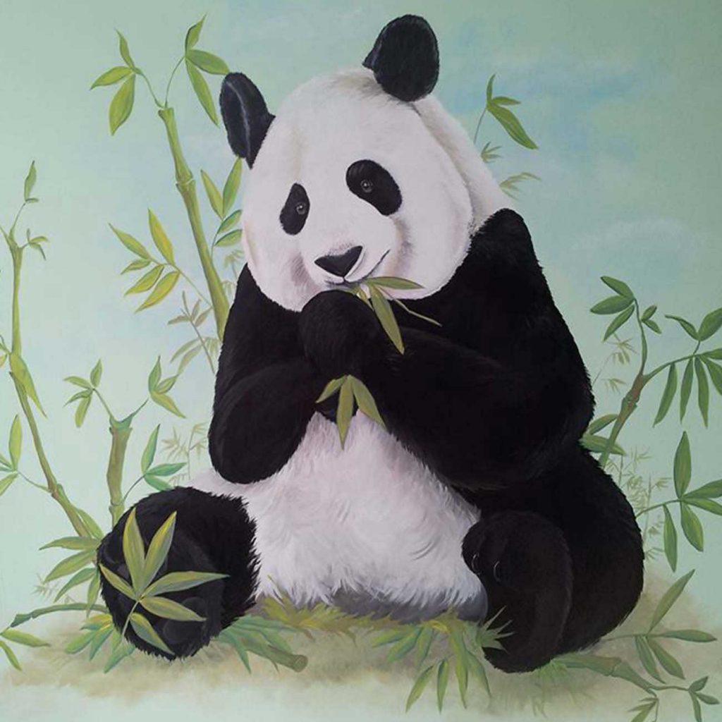 pandabeer op een mintgroene ondergrond tussen de bamboebladeren